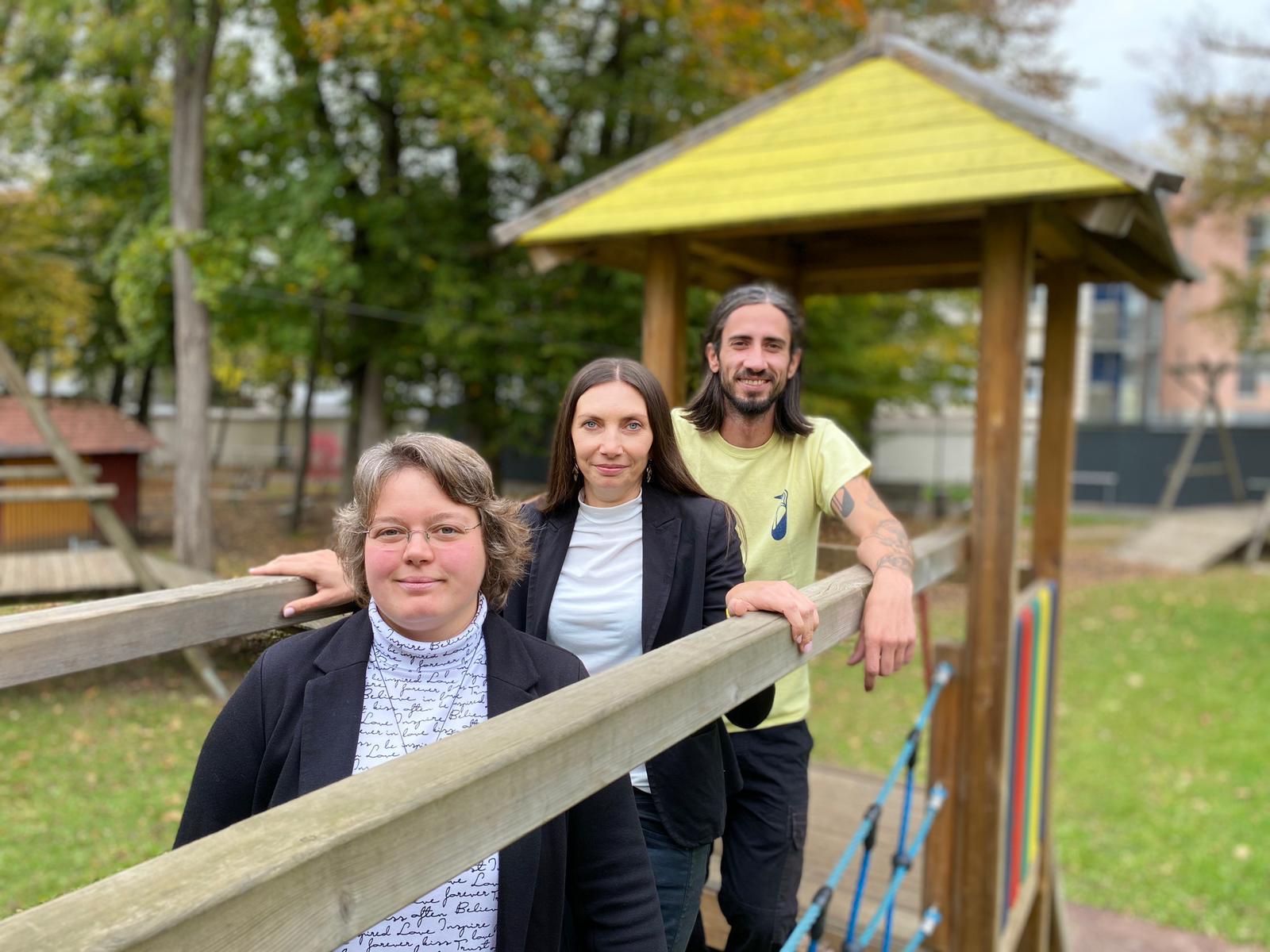 Frau Kanzler, Frau Schirgi und Herr Fuchshofer stehen auf der Hängebrücke im Garten des Odilien-Institutes